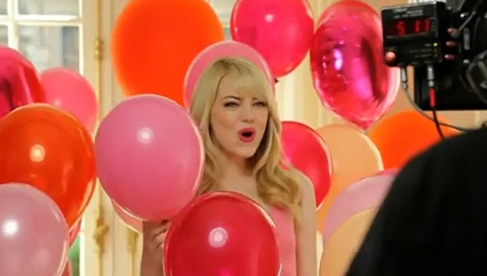 Η Εμα Στόουν κι ο Τζον Κάμερον Μίτσελ παίζουν με μπαλόνια για τη Revlon