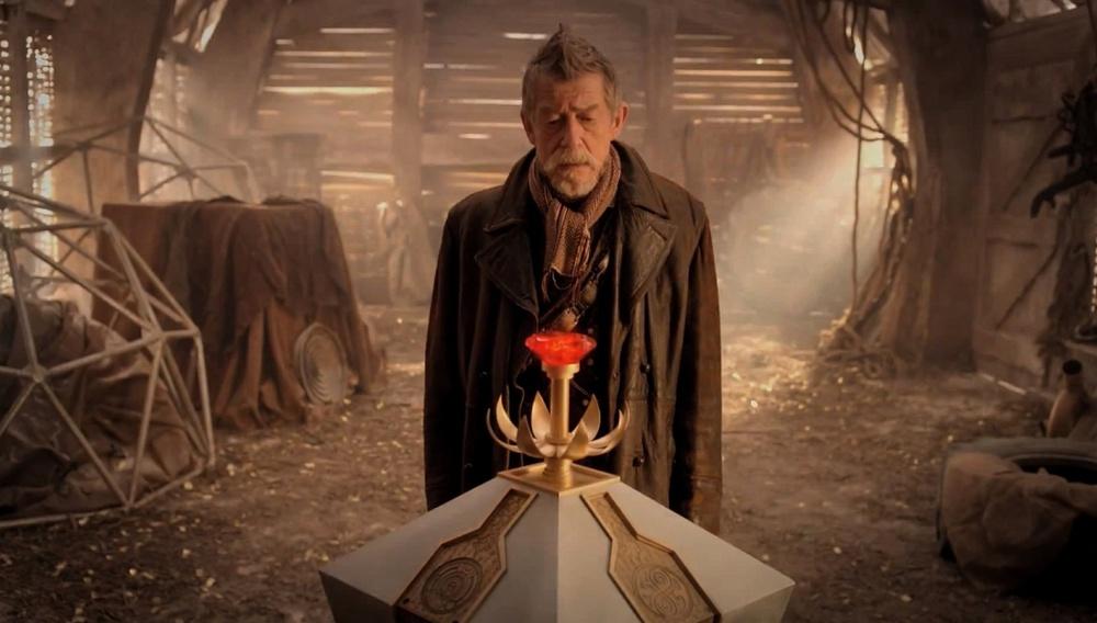 Πενήντα χρόνια «Doctor Who»: O Τζον Χερτ, το μεγαλείο της κληρονομιάς κι ένα μεγάλο, κόκκινο κουμπί