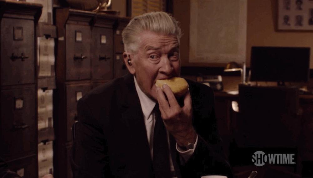Ο Ντέιβιντ Λιντς τρώει ένα ντόνατ στο καινούργιο teaser του νέου «Twin Peaks»