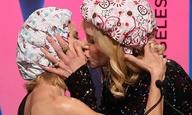 Οταν η Νικόλ Κίντμαν και η Ναόμι Γουότς φιλήθηκαν στο στόμα (φορώντας σκουφάκια του ντους)