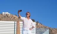«Greed» στη Μύκονο! Μάικλ Γουίντερμποτομ και Στιβ Κούγκαν μόλις τελείωσαν τα γυρίσματα της ταινίας τους στο ελληνικό νησί