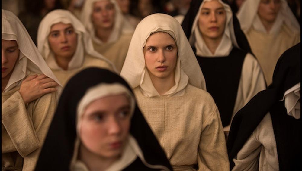 Η Δάφνη Πατακιά και η Βιρζινί Εφιρά δείχνουν υπέροχες στη «Benedetta» του Πολ Βερχόφεν