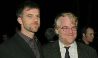 Πόσο συγκινητικό: ο Πολ Τόμας Αντερσον κλείνει το γιο του Φίλιπ Σίμουρ Χόφμαν για την νέα ταινία του
