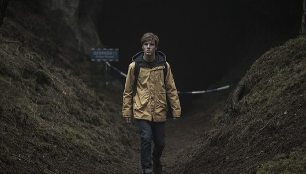 «Dark»: H πρώτη γερμανική σειρά του Netflix μοιάζει όσο σκοτεινή υπόσχεται ο τίτλος της