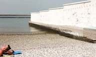 Στην «Τελευταία Παραλία», ο Θάνος Αναστόπουλος μιλά για τον (δυστυχώς όχι) τελευταίο τοίχο της Ευρώπης