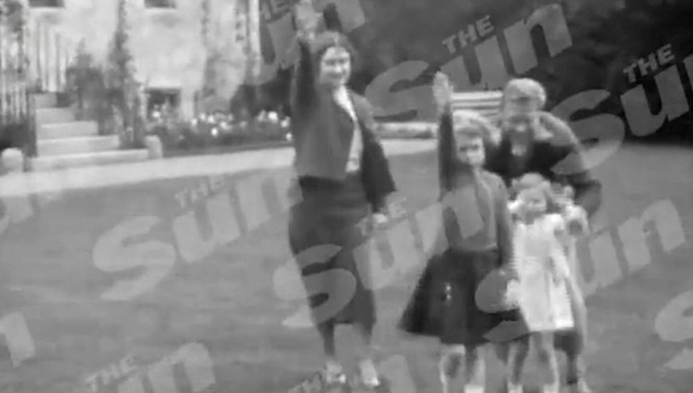 O Ρίκι Τζερβέις υπερασπίζεται την Βασίλισσα Ελισάβετ για το ναζιστικό χαιρετισμό που έχει αναστατώσει την Αγγλία