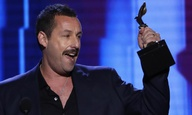 Ο Ανταμ Σάντλερ παίρνει το Independent Spirit Award (και εκδίκηση για το σνομπάρισμα των Οσκαρ)