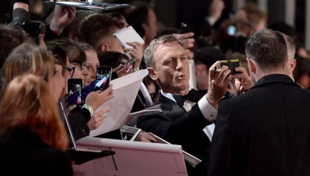 Ολα τα φλας πάνω στη βασιλική πρεμιέρα του «Spectre» στο Λονδίνο