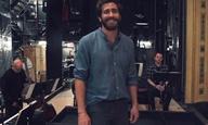 Ο Τζέικ Τζίλενχαλ τραγουδάει - υπέροχα - το «Finishing the Hat» από το θεατρικό «Sunday in the Park with George»