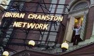 Ο Μπράιαν Κράνστον να χειροκροτεί τις γυναίκες είναι η εικόνα που θα σου φτιάξει τη μέρα