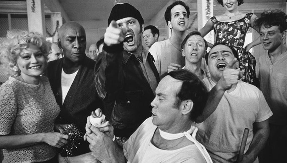 Οταν ο Μίλος Φόρμαν έστειλε το αμερικανικό όνειρο βαθιά «Στη Φωλιά του Κούκου»