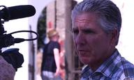 Ο Νταν Ατίας μιλάει από τη Νίσυρο στο Flix για καλό σινεμά και ακόμη καλύτερη τηλεόραση