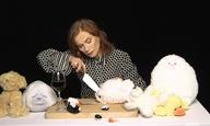 Η Ιζαμπέλ Ιπέρ τεμαχίζει λούτρινα (πίνοντας ένα ποτήρι κρασί)