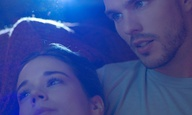 O Νίκολας Χουλτ και η Λάιλα Κόστα ανακαλύπτουν στο «Newness», πόσο μπερδεμένος μπορεί να είναι ο έρωτας στις μέρες του ίντερνετ