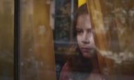 H Εϊμι Ανταμς καταρρέει ψυχολογικά στο πρώτο τρέιλερ του «The Woman in the Window» του Τζο Ράιτ