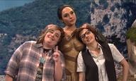 Η Γκαλ Γκαντότ ήταν οικοδέσποινα του SNL - κι η Wonder Woman φίλησε με πάθος την Κέιτ ΜακΚίνον