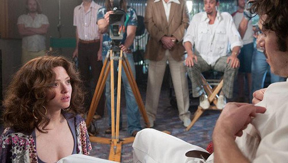 Η Αμάντα Σάιφριντ… παίρνει θέση! Νέα φωτογραφία από το «Lovelace»