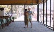 Μια (διαφορετική) μέρα στην παραλία για τους ήρωες του «Στο Σπίτι» του Αθανάσιου Καρανικόλα