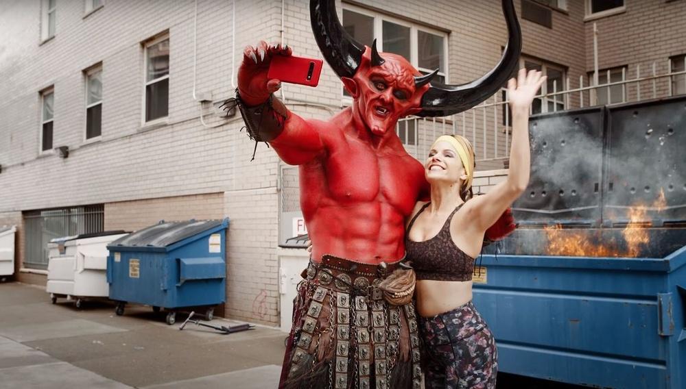 O Ράιαν Ρέινολντς μας δείχνει πώς ο διάβολος γνώρισε το 2020 σε ένα dating app
