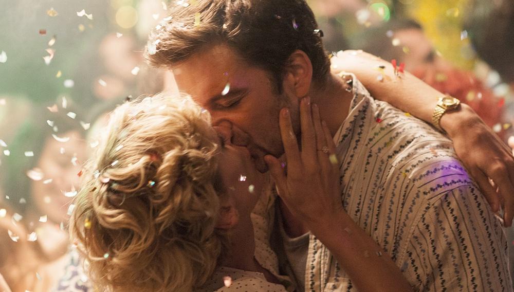 Ενα φιλί στην πρώτη επίσημη εικόνα από το «Monday» του Αργύρη Παπαδημητρόπουλου